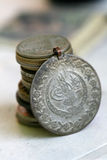 老无背长椅硬币 免版税库存照片