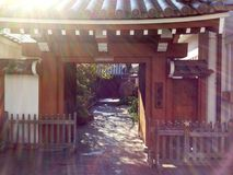 老日本寺庙在早晨 库存照片