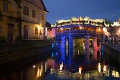 老日本桥梁的看法在夜照明的 城市会安市,越南的古迹 免版税库存照片
