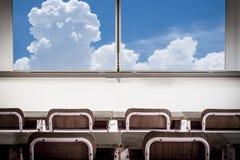 老时尚幼儿园教室和蓝天与云彩 免版税库存照片