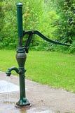 老时尚手泵倾吐的水 免版税库存照片