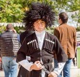 老时尚英王乔治一世至三世时期服装loking的男孩严肃在街道节日事件  免版税图库摄影