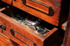 老时钟和零件钟表机构 免版税图库摄影