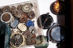 老时钟和零件钟表机构 库存图片