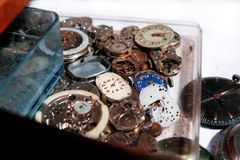 老时钟和零件钟表机构 免版税库存照片