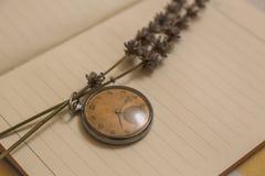 老时钟和lavanda花 免版税图库摄影