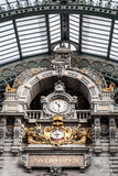 老时钟在安特卫普火车站,比利时 库存图片