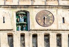 老时钟在特兰西瓦尼亚镇, Sighisoara,罗马尼亚 免版税图库摄影