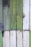 老明亮的被绘的破旧的篱芭 免版税库存照片