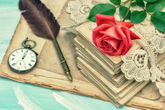 老明信片、鞋带和红色玫瑰开花葡萄酒 库存图片