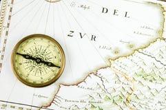 老映射和指南针 免版税库存图片