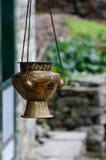 老有十字记号装饰品的,亚洲金属垂悬的香火燃烧器 免版税库存照片