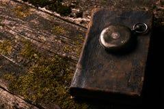 老有老古色古香的圣经书的葡萄酒怀表 库存照片