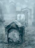老有薄雾的坟园在微明下 免版税库存图片