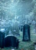 老有薄雾的坟园 免版税图库摄影