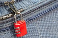 老有警察的挂锁安全3组合旅行蓝色手提箱 免版税库存图片