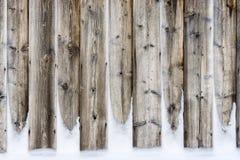 老有雪的葡萄酒木墙壁 冬天和圣诞节背景 免版税库存照片