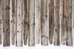 老有雪的葡萄酒木墙壁 冬天和圣诞节背景 免版税库存图片