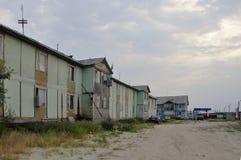 老有黑暗的天空的贫穷木两层房子 免版税库存图片