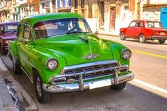 老朋友和减速火箭的汽车在古巴 免版税图库摄影