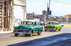 老朋友和减速火箭的汽车在古巴 库存照片