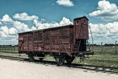 老木减速火箭的火车无盖货车 免版税库存照片