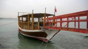 老木单桅三角帆船小船在港口慢慢地震动 股票视频