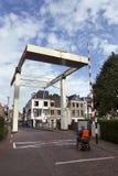 老木吊桥在Maarssen的中心 免版税库存照片