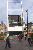 老木吊桥在Maarssen的中心 库存图片