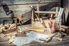 老木图画书桌在木匠车间 免版税库存图片