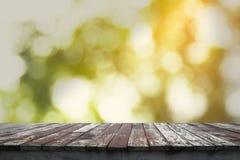 老木地板和模糊的轻的bokeh在背景中 免版税库存照片