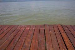 老木地板和海 免版税库存照片
