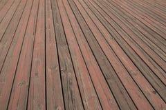 老木地板纹理,被打击的小条木板地板,木地板五谷与剥落的红色油漆的 免版税库存照片