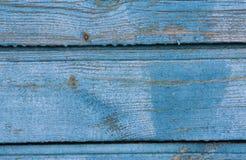 老木墙壁的小部分有削皮油漆的,纹理 库存照片