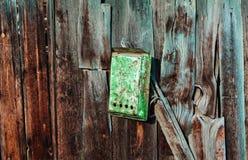 老木墙壁纹理或背景与拷贝空间 上信件的一个箱子 邮箱 库存图片