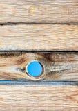 老木墙壁纹理或背景与拷贝空间 上在天空的一个孔 免版税库存照片