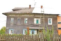 老木大厦在村庄Priluki在沃洛格达州的郊区 免版税图库摄影