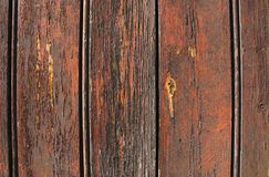老木头,深红颜色破裂的油漆纹理  免版税库存照片