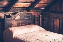 老木客舱卧室 免版税库存图片