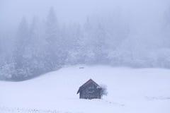 老木小屋早晨冷淡的有雾的 免版税库存照片
