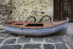 老木小船和自行车 图库摄影
