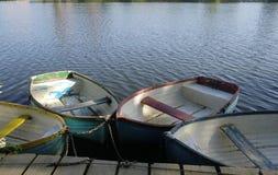 老木小船在一条平安的河靠了码头 免版税库存图片