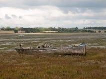 老木小船破坏腐朽的被放弃的出海口场面 免版税图库摄影