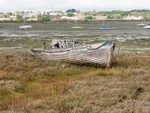 老木小船破坏腐朽的被放弃的出海口场面 免版税库存照片
