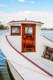 老木小船被停泊在小游艇船坞 免版税库存图片