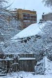 老木屋在城市冬天 库存图片