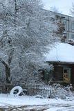 老木屋在城市冬天 图库摄影