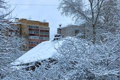 老木屋在城市冬天 免版税库存图片