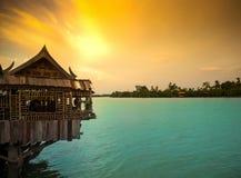 老木屋在轰隆泰国,暮色天空的Pa孔河 库存照片