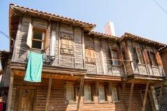 老木房子和蓝天-美好的天 免版税库存照片